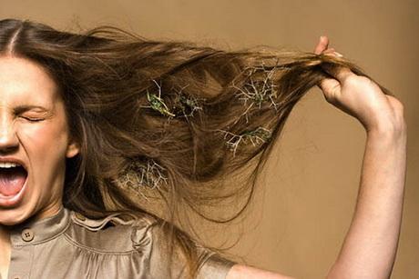 Bambini che si strappano i capelli