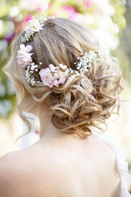 Acconciature sposa con fiori freschi