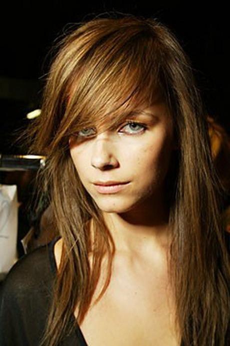 Capelli medio lunghi come Kate Moss con frangia e taglio scalato. Ecco