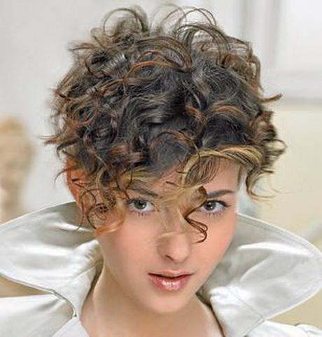 Tagli capelli ricci corti donna