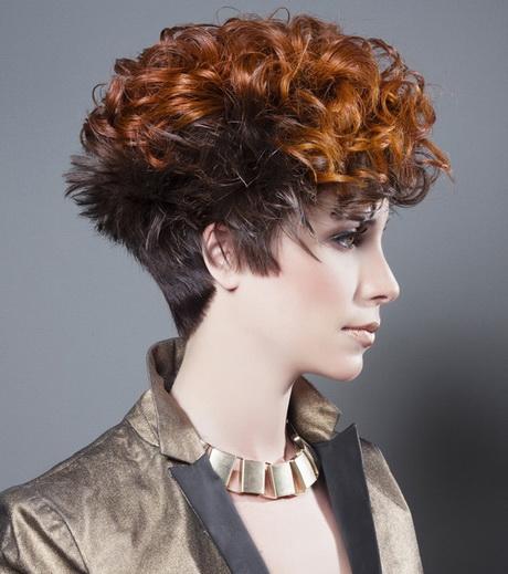 Tagli capelli ricci corti femminili