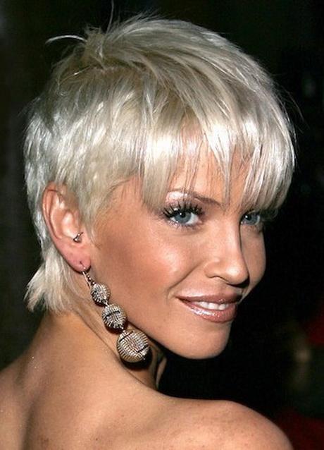 Tagli di capelli corti biondo platino