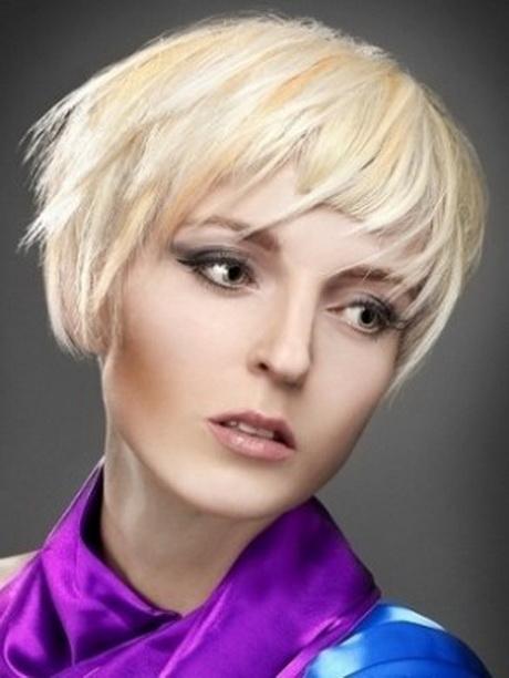 Tagli di capelli corti e biondi