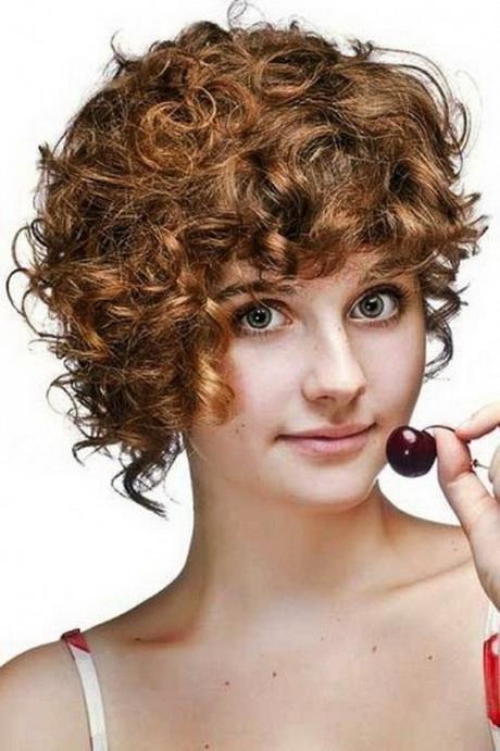 Taglio asimmetrico per capelli ricci