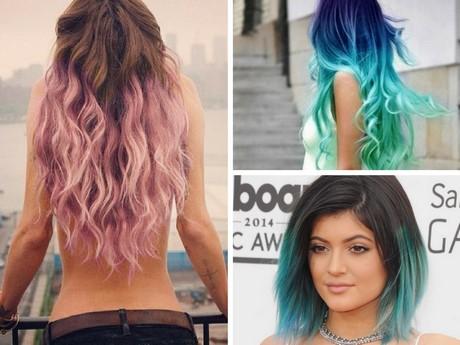 Punte blu su capelli castani