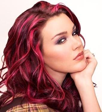 Ciocche rosse su capelli castani