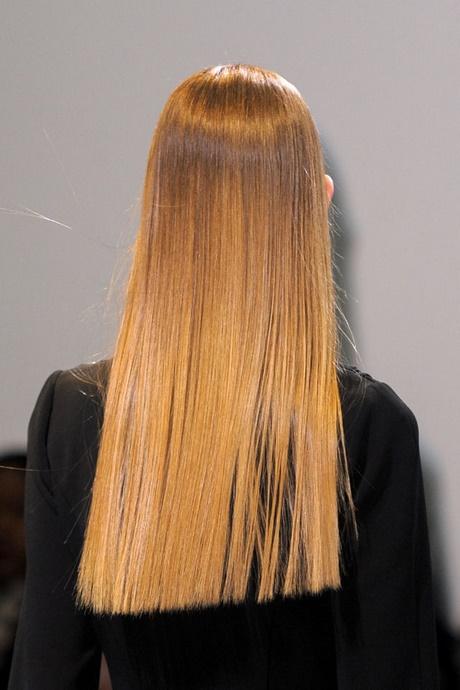 Tagli capelli lunghi scalati a punta dietro
